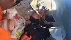 Giải cứu bé sơ sinh bị mẹ bỏ rơi dưới bể phốt
