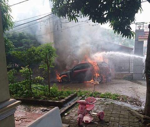 Mazda CX-5 bốc cháy trơ khung