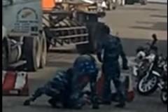 5 người lôi phụ xe container xuống đánh bầm dập