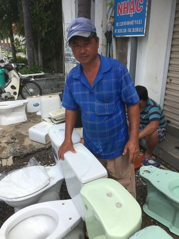 Nghề 'độc' Sài Gòn: 25 năm tân trang bồn cầu bán cho người nghèo