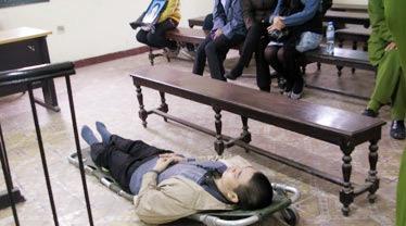 Bi kịch những 'dị nhân' nằm cáng, ngồi xe lăn hầu tòa