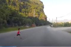 Để mặc con chạy sang đường, bà mẹ suýt ôm hận cả đời