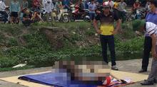 Người đàn ông đội mũ bảo hiểm chết trong tư thế lái xe