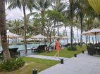 Hồ Ngọc Hà bình yên dạo biển Hội An