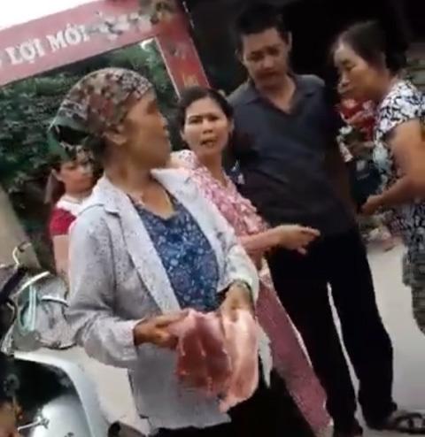 Mổ lợn đem ra chợ bán bị cướp, dọa đem cho cá ăn
