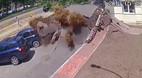 Nổ ống nước, đất đá phun như núi lửa giữa phố