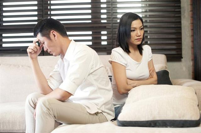 Hôn nhân chết dần bởi ta 'trần trụi' trước mắt nhau