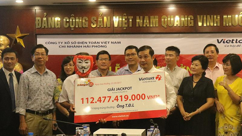 Khách trúng số 112 tỷ đồng hành cùng VietNamNet 'Thắp lửa yêu thương'