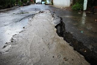 Xuất hiện vết nứt 40 m, dân Sài Gòn lo sợ nhà trôi sông