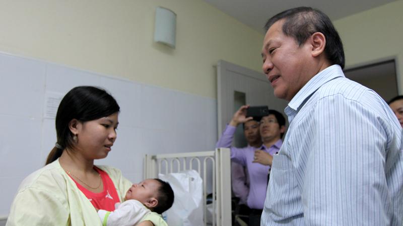 Bộ trưởng Trương Minh Tuấn tặng quà các bệnh nhi nhân ngày 1/6