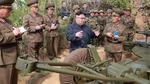Vì sao ai vây quanh Kim Jong Un cũng cầm sổ tay?