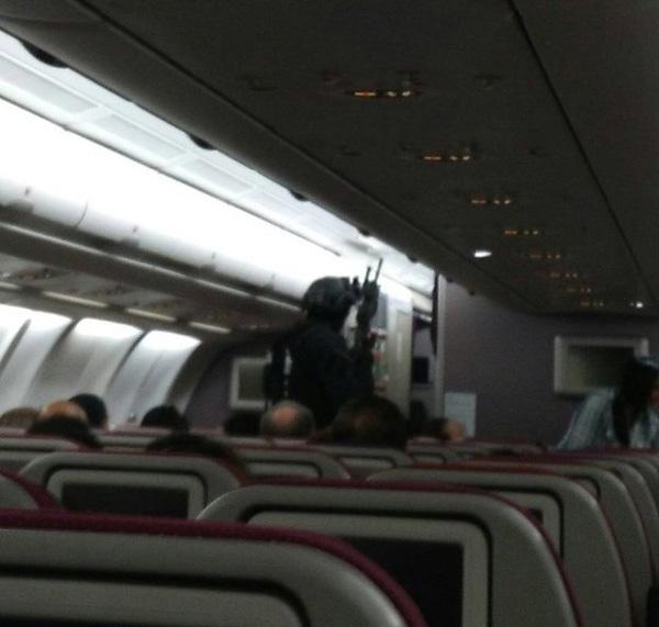 Máy bay Malaysia Airlines đảo chiều gấp vì kẻ tình nghi cố vào buồng lái