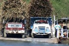 3 ô tô chở hàng ngất ngưởng lên phà và tai nạn bất ngờ giữa sông
