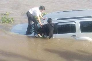 Ôtô 7 chỗ tông chết nhân viên bến phà rồi lao xuống sông