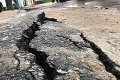 Vết nứt 40 m, sụp lún ven rạch ở Sài Gòn do hố xoáy?