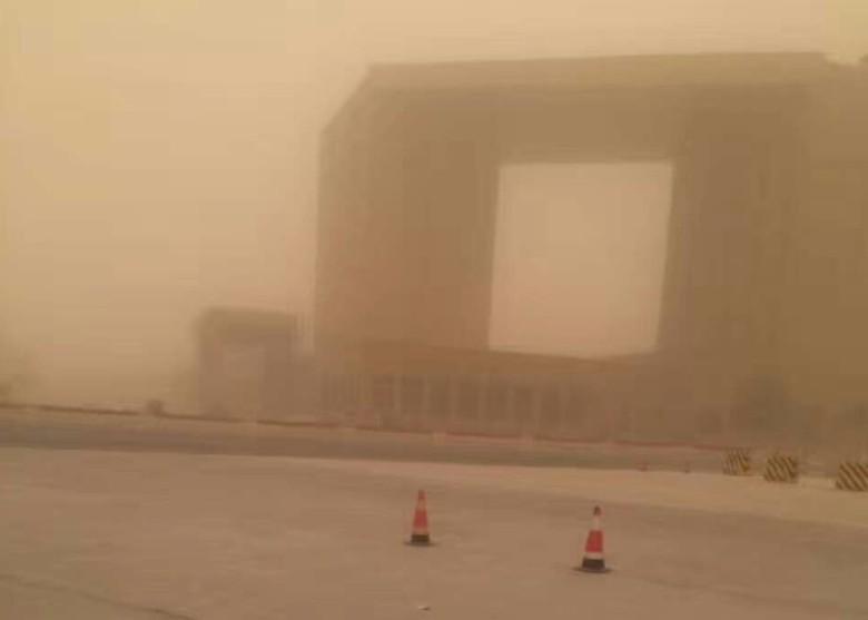 Kinh hoàng trận bão cát như phim ngày tận thế
