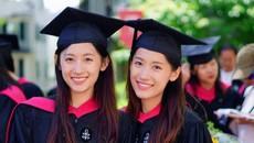 Vẻ đẹp thuần khiết của cặp song sinh tốt nghiệp Harvard
