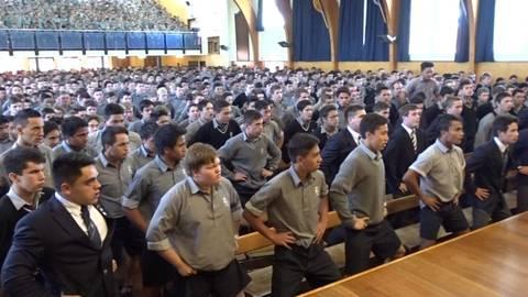 Màn chia tay đặc biệt với thầy giáo về hưu ở trường nam sinh New Zealand