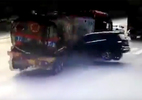 Cú đâm cực mạnh của ô tô Mercedes khiến xe bồn gãy gập