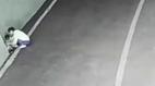 Mẹ bế con xuống hầm xe và hành động sau đó khiến người xem rơi nước mắt