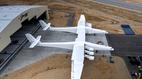 Xem máy bay phản lực lớn nhất thế giới lần đầu lăn bánh