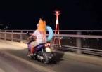 Thót tim bố chở con bằng xe máy 'làm xiếc' trên cầu Bãi Cháy