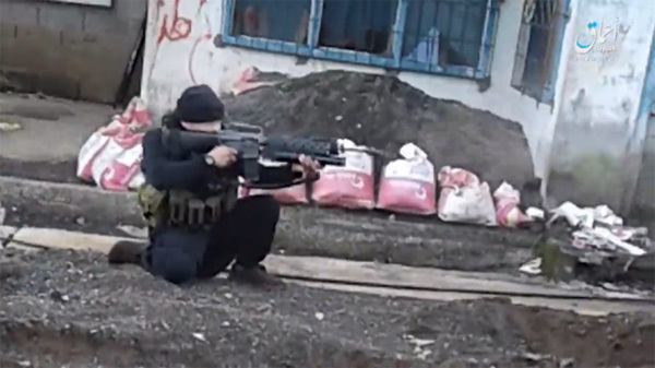 Tay súng Manila mất mạng, phiến quân Marawi khoe sức