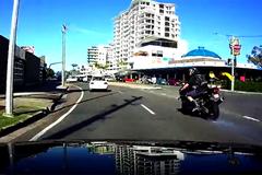 Phanh gấp, tay biker ăn quả đắng bầm dập trên xa lộ