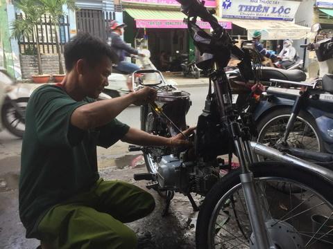 Món quà của 'đại gia' Sài Gòn khiến cậu học trò nghèo bật khóc