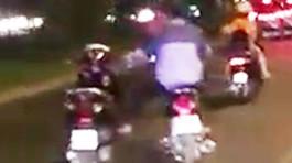 Thanh niên một mình lái hai xe máytrên đường