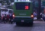 Hoảng hồn trước cảnh xe buýt leo vỉa hè ở Sài Gòn