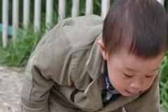 Con trai bị cong vẹo cột sống khi mới 4 tuổi, mẹ tá hỏa khi phát hiện ra nguyên nhân