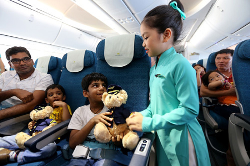 'Tiếp viên hàng không nhí' trên chuyến bay Vietnam Airlines
