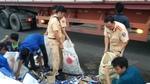 Dân xúm bê nhặt hộ hàng trăm thùng bia rơi xuống đường