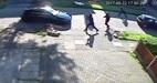 Phản ứng cực nhanh của người phụ nữ đối mặt nhóm cướp ô tô