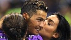 Bồ xinh xuống sân hôn chúc mừng người hùng Ronaldo