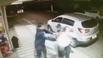 10 clip 'nóng' nhất: Bị gí súng uy hiếp, người mẹ vẫn lao vào cứu con