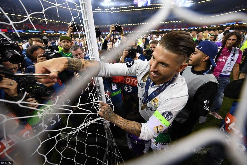 Sao Real rủ nhau 'trộm' lưới khung thành sân đá chung kết