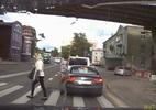 Suýt mất mạng khi sang đường vì điện thoại