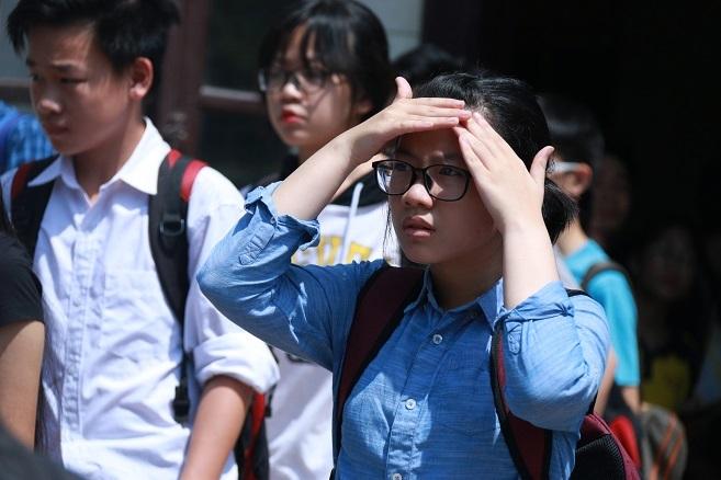 Phụ huynh căng sức đợi con thi dưới 'siêu nóng' 45 độ
