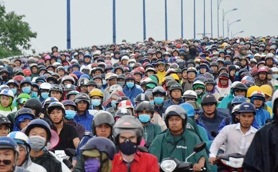 Xe container chắn ngang xa lộ, hàng ngàn người 'chôn chân' trong mưa