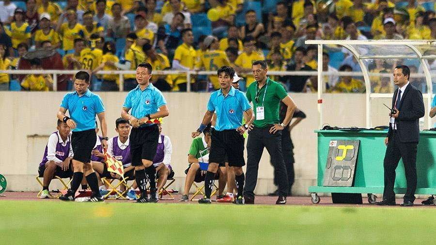 Hy hữu: Hà Nội nóng kỷ lục, trọng tài V-League bỏ dở trận đấu