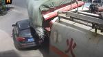 Khoảnh khắc ô tô Audi bị xe tải đè bẹp nhép trên đường