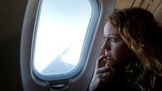 Giải mã tại sao khi máy bay cất và hạ cánh ta phải mở màn cửa sổ