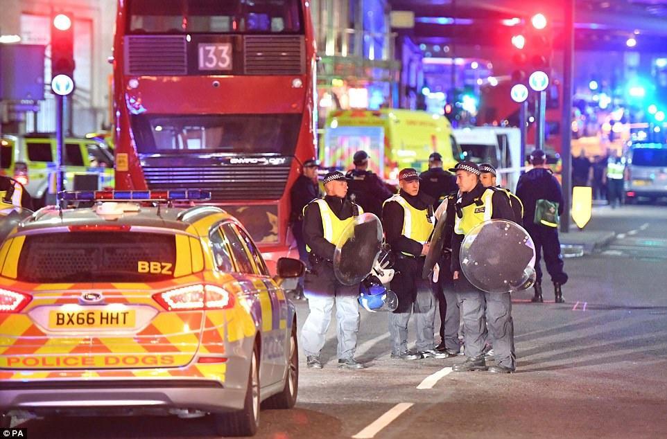 IS, tấn công London, đâm xe tải