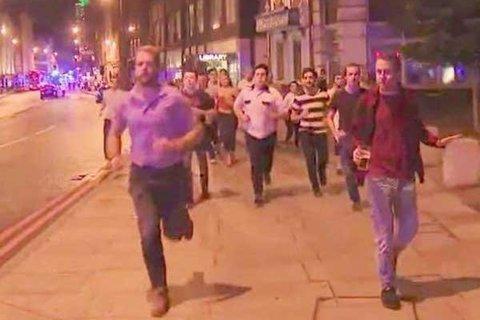 Thanh niên ung dung cầm cốc bia giữa dòng người bỏ chạy ở London
