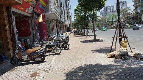 Nóng đỉnh điểm, người phụ nữ đi xe máy gục chết bên đường