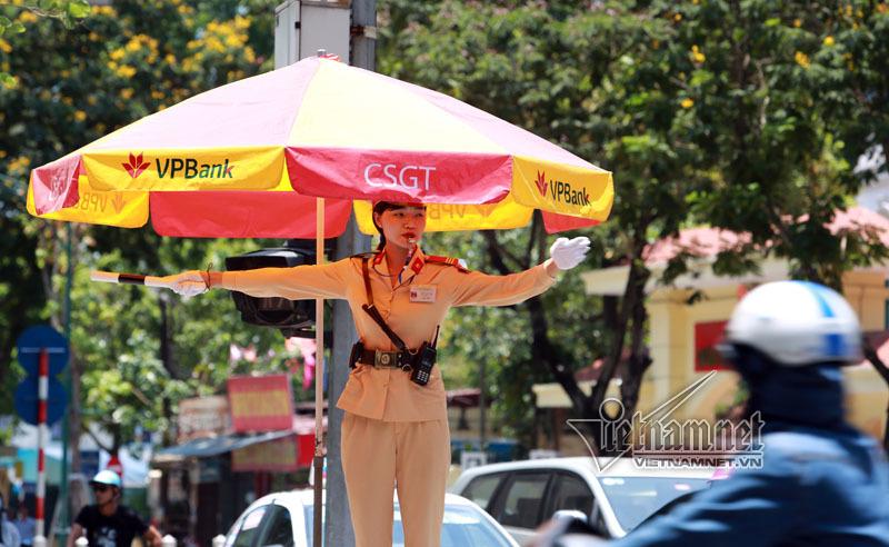 Bóng hồng CSGT trong 'chảo lửa' Hà Nội