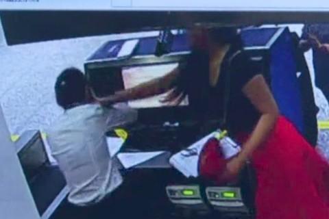 Bị trễ giờ, nữ hành khách lao vào tát nhân viên sân bay