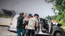 Xe khách đấu đầu trên đèo, hành khách rơi khỏi xe